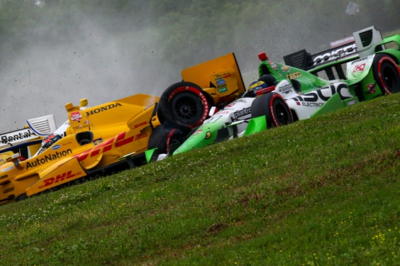 Simon Pagenaud, Team Penske Chevrolet, Ryan Hunter-Reay, Andretti Autosport Honda and Sebastien Bourdais, KVSH Racing crash